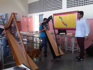 Leonard Jacome works with his class at the Fundación Musical Simón Bolívar
